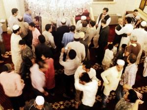 salam-salaman selesai shalat Ied