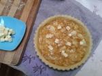 menata filling di dalam pie crust