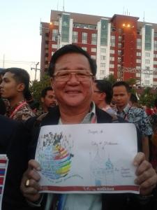 salah satu walikota dari salah satu negara asean menunjukkan kado lukisan dari anak Indonesia *lupa nanya beliau darimana hehe*